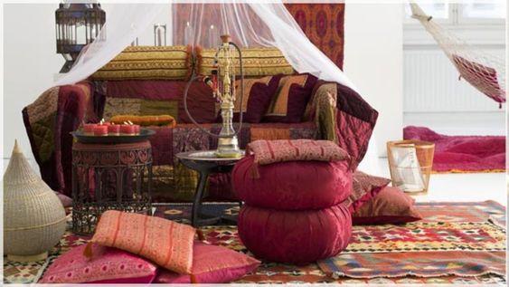 Un salotto arredato in stile etnico