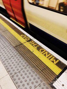 Mind the gap annuncio alla metropolitana di Londra pronunciato da Oswald Laurence