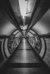 Stazione della metropolitana di Embankment dove Margaret McCollum ascolta la voce del marito Oswald Laurence