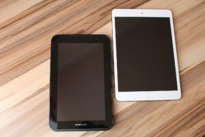 un tablet nero e un ipad bianco. Clubhouse è ora disponibile solo su iOS