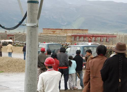 Armed riot troops take position in Lithang