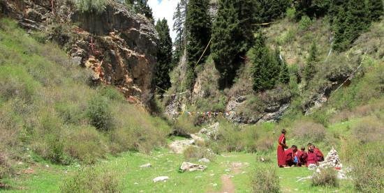 Novices picnic behind Lhamo Kirti