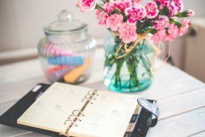 agenda avec bouquet de fleur en arrière plan