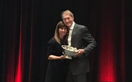 Charlie Rose accepts RTDNA's Paul White Award