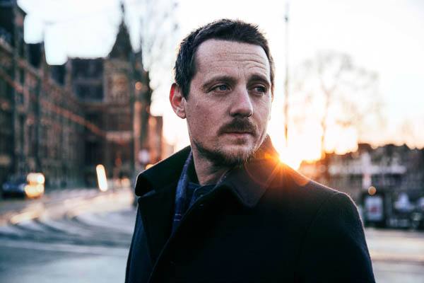 """STURGILL SIMPSON UNVEILS BRAND NEW TRACK """"THE DEAD DON'T DIE"""""""