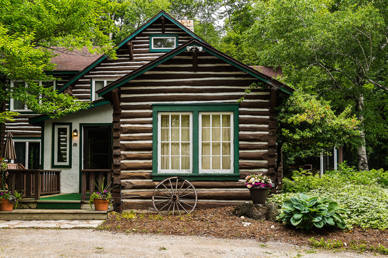 Hermitage historic log home built in the 1920s - Three bedrooms with an additional sleeping loft