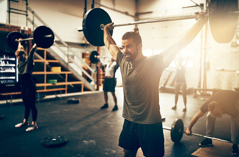 fit-young-man-weight-training-in-a-gym-class-dc46bks