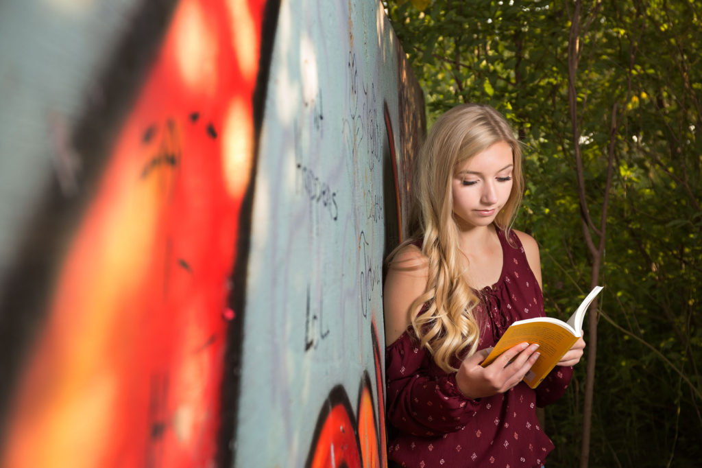 senior photos reading graffiti
