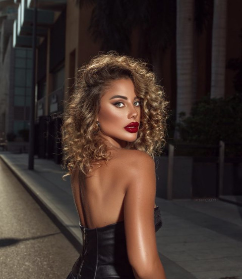 Beautiful Instagrammer Mona Mohamad wears a gorgeous red lipstick