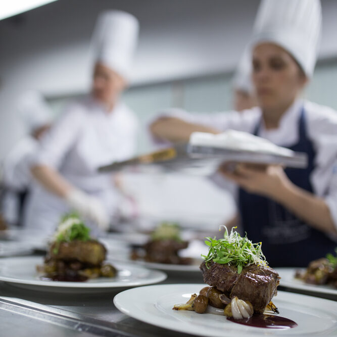shutterstock_755484994-restaurant