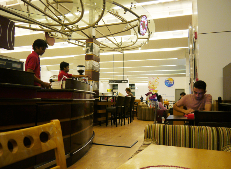 Café Costa Coffee en aeropuerto de Delhi, Llegar a India