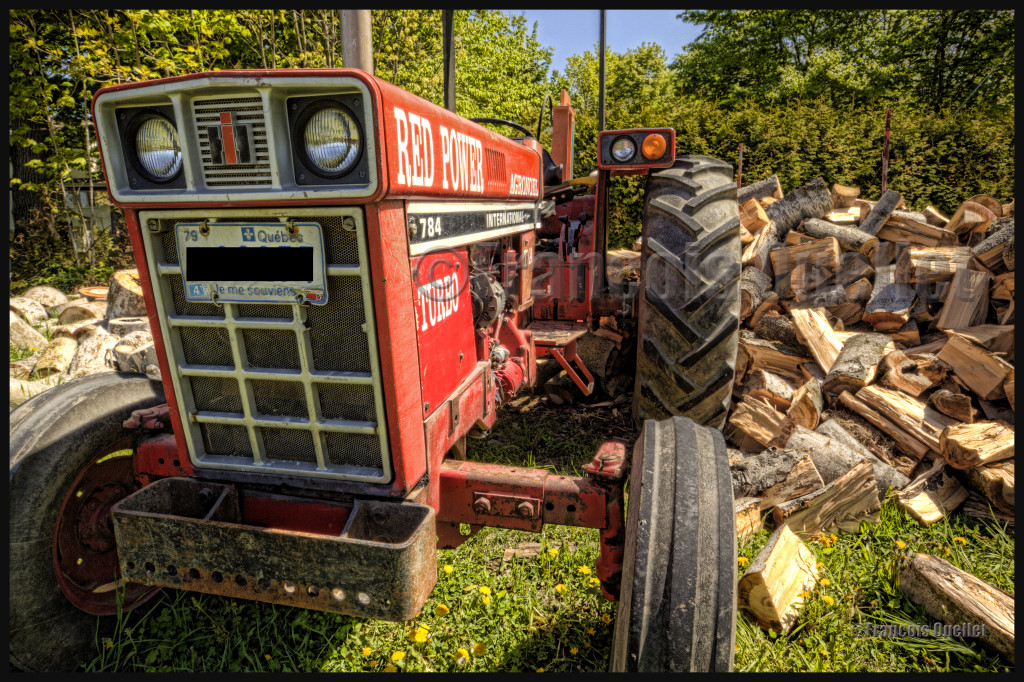 Ce vieux tracteur a été photographié à l'aide d'une lentille Canon 16-35mm sous format HDR.