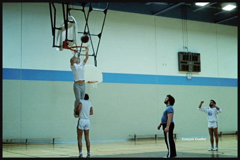 1982 TCTI, Cornwall. Des étudiants du groupe FSS 82-01 expérimentent une nouvelle façon d'améliorer le pointage au basketball.