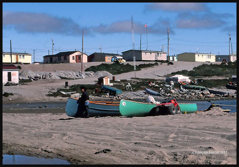 1982 Citoyen d'Inukjuak et des canots servant pour les activités traditionnelles