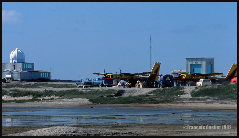 Deux Twin Otters de la compagnie Austin Airways déchargent leur cargo à Inukjuak en 1982.
