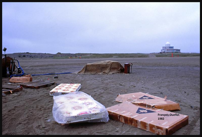 Piano et matelas laissés sur place en l'absence des clients. Inukjuak 1982