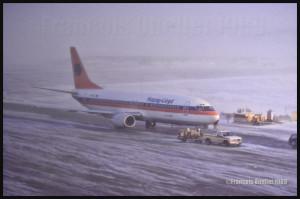 D-AHLO B737-4K5 de Hapag Lloyd lors de son vol de livraison en 1989, de Boeing Field (KBFI) à Iqaluit, et par la suite vers l'Allemagne. Il est ravitaillé lors de conditions météorologiques difficiles. Ce type d'appareil ne connaissait pas de problèmes, mais ce n'était pas le cas des avions à réaction plus petits.
