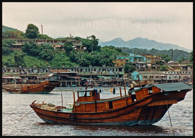 Photo de jonques chinoises prise près de Tai Po avec un Pentax SF1 durant l'été 1990. Originalement sur diapositive et digitalisée par la suite.