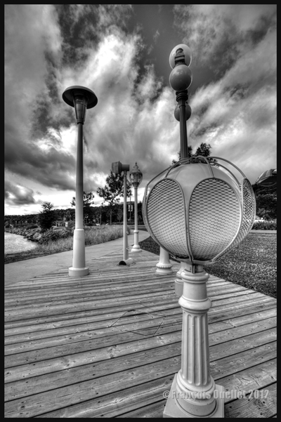 Photo noir et blanc en HDR de lampadaires installés le long du St-Laurent, Ville de Québec 2012