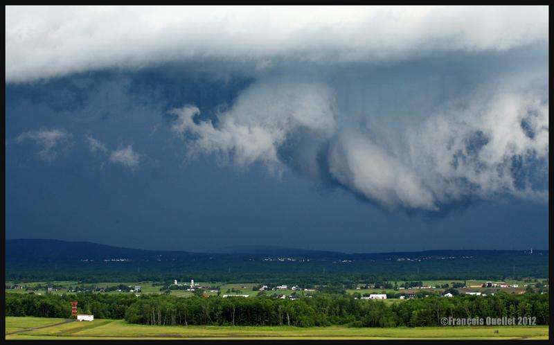 Un violent orage approche l'aéroport Jean-Lesage de Québec en 2012