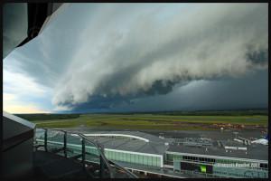 Un nuage arcus à l'avant d'un orage approchant l'aéroport Jean-Lesage de Québec en 2012