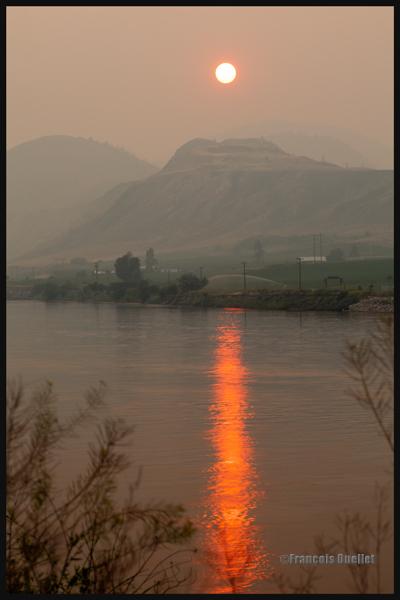Coucher de soleil à travers la fumée des feux de forêt à Kamloops en 2014