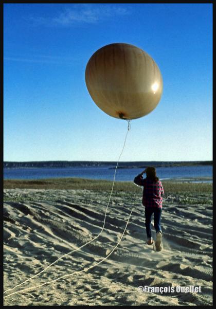 Lâcher d'un ballon-sonde par Environnement Canada à Inukjuak en 1983