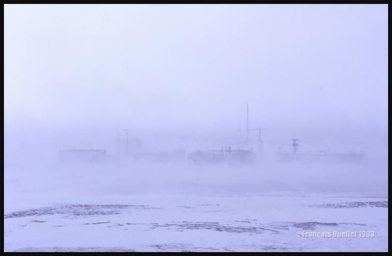Inukjuak durant le long blizzard qui empêcha les atterrissages durant plusieurs jours.