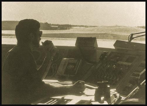 Spécialiste en information de vol (FSS) au travail à Rouyn-Noranda vers 1986