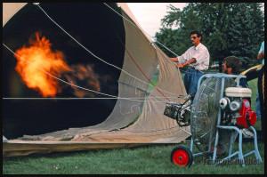 Air chaud envoyé dans la montgolfière C-GFCM en préparation pour le vol au décollage du terrain du Cégep de St-Jean-sur-Richelieu,1988