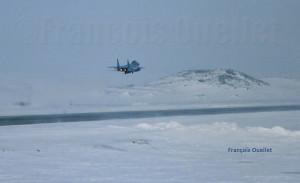 Un F-15 Eagle américain décolle de l'aéroport d'Iqaluit