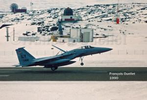 Un F-15 Eagle américain atterrissant à Iqaluit en 1990