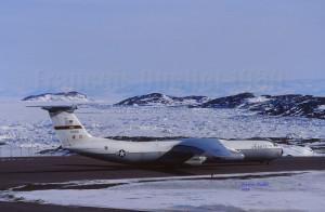 Un avion-cargo Starlifter américain en attente pour le décollage d'Iqaluit (1989)