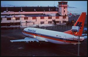 Un Boeing B-737 tout neuf de la compagnie Hapag-LLoyd (D-AHLL) vient d'arriver de Boeing Field à Seattle. Il se dirige ensuite vers l'Allemagne