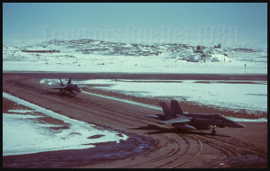 Deux avions de combat CF-18 du Canada quittent la piste à Iqaluit.