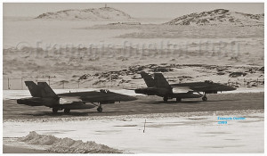 Deux CF-18s des forces aériennes du Canada à l'écart de la piste d'Iqaluit en 1989, prêts pour le décollage