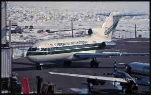 Vue à partir de la tour de la station d'information de vol d'Iqaluit: on peut apercevoir un Boeing B-727 de la compagnie Evergreen International (1989)