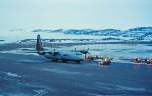 Markair L-382 en escale à Iqaluit en 1990