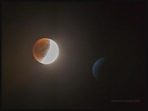 Éclipse de lune du 27 septembre 2015. En ce qui concerne la forme bleue à droite de l'écran, vos explications sont bienvenues.