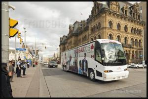 L'autobus du Parti Libéral transportant le nouveau Premier Ministre désigné Justin Trudeau à son arrivée à Ottawa, le 20 Octobre 2015