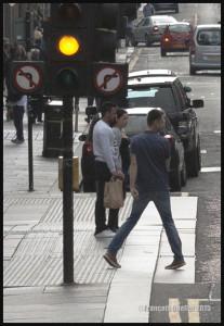 Photographie de rue: des panneaux de signalisation de Glasgow semblent confondre un piéton