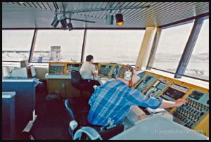 Des spécialistes en information de vol au travail à la station FSS d'Iqaluit en 1989
