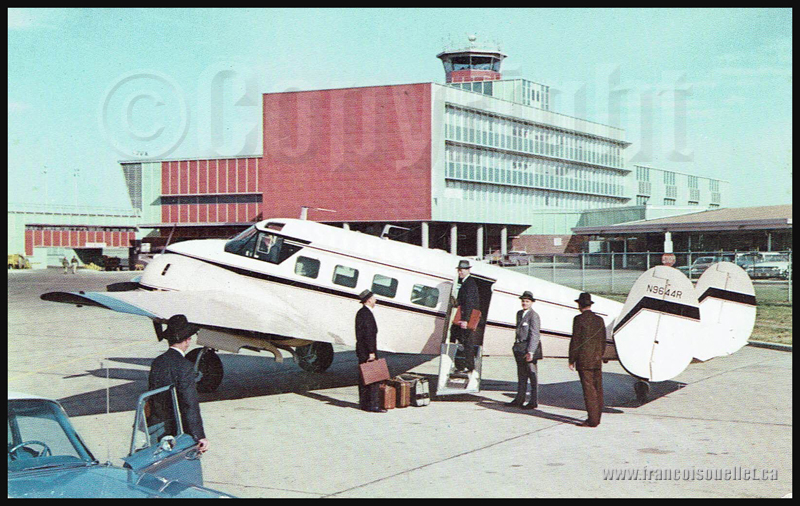 Passagers et un Beechcraft Super G18 1960 sur carte postale d'aviation