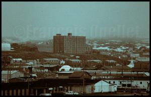 Au centre de l'image, un immeuble à étages habité par des célibataires à Iqaluit en 1988