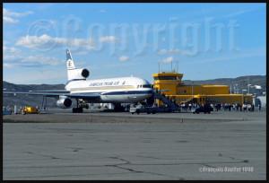 Lockheed L-1011 de American Trans Air devant la station d'information de vol d'Iqaluit en 1989