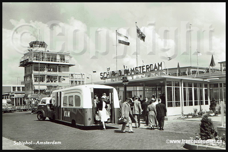 Passagers et KLM transport à Schiphol 1959 sur carte postale aviation