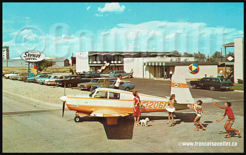 Avion Beechcraft et passagers devant le Skyway Motel au Texas sur carte postale aviation
