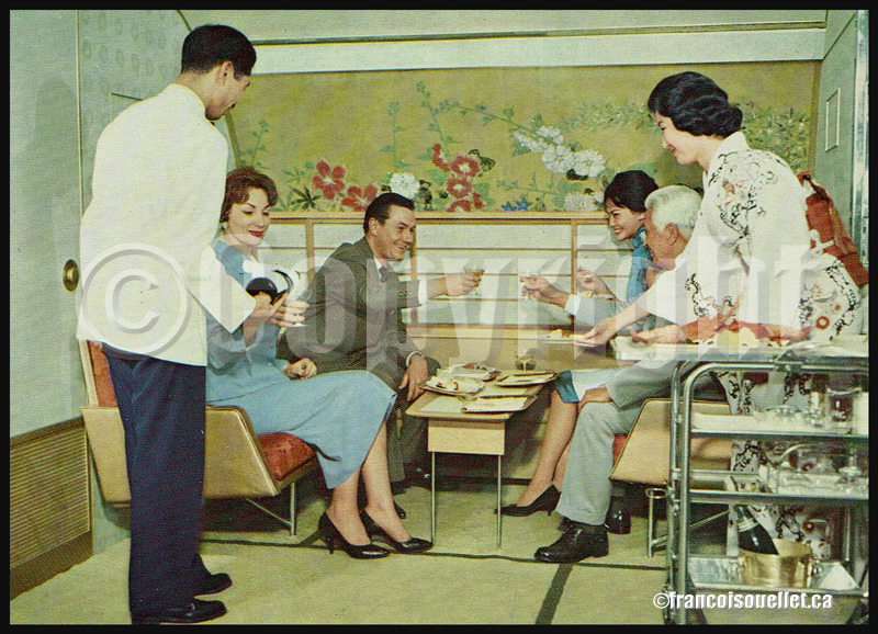 Japan Air Lines DC-8 Jet Courier et passagers dans le salon KIKU-NO-MA sur carte postale aviation