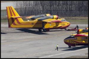 Deux vénérables bombardiers d'eau CL-215 stationnés à l'aéroport international Jean-Lesage de Québec en mai 2016.