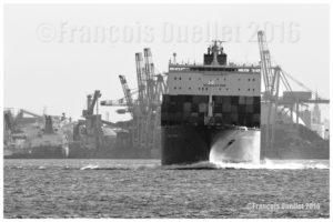 Photo noir et blanc du navire Toronto Express de la compagnie Hapag Lloyd devant les installations du Port de Québec en mai 2016